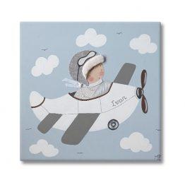 cuadro infantil personalizado niño en avión fondo azul con nubes y avión blanco
